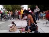 Индеец исполняет музыку «Последний из могикан»