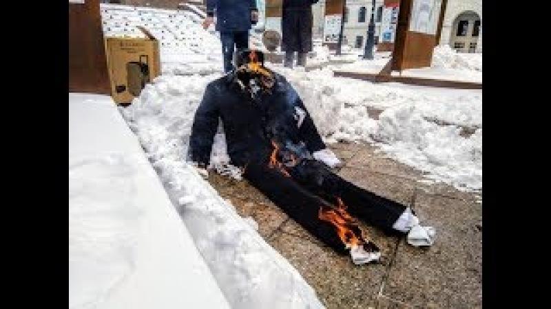 Чучело Путина сожгли на Майдане в знак протеста против выборов РФ в Крыму