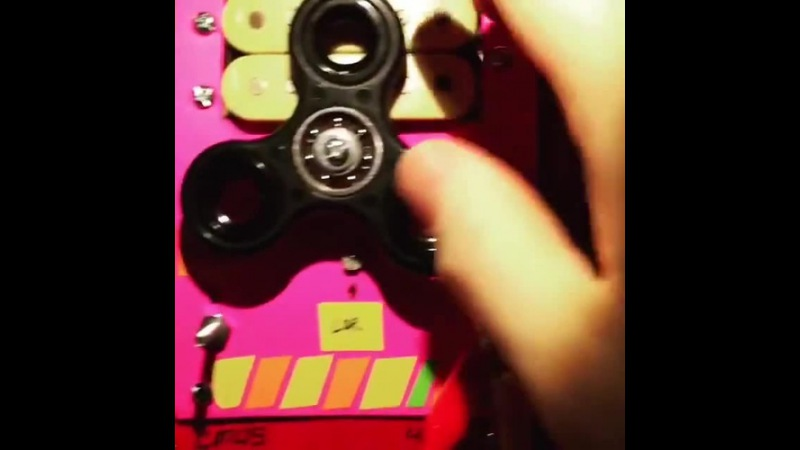 Analog dubstep! Using a fidget spinner to block the light going to a photores...