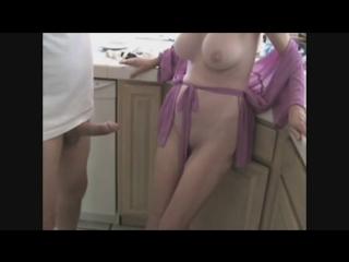 Порно отсосала у сына на кухне