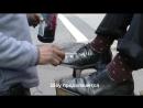 Энергичный чистильщик обуви отличный пример и любовь к своему делу !