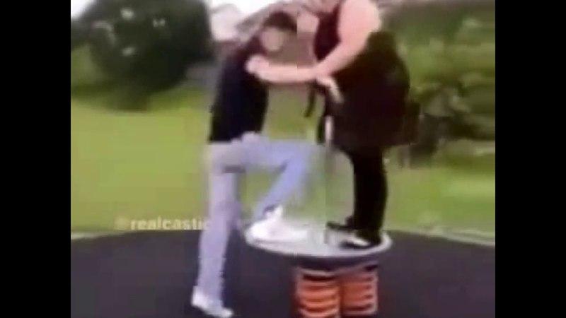 Прикол толстая девушка и парень на каруселе