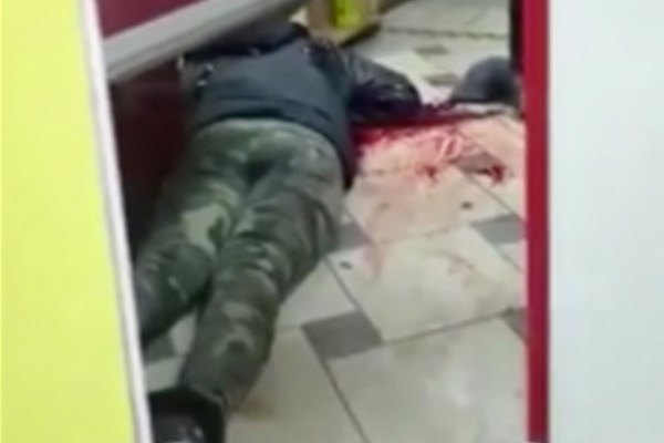 Мужчина воткнул в себя нож и просил людей добить его