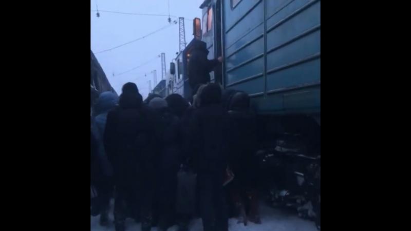 Норильск. 20.03.2018г. Тепловоз доставляет людей домой.