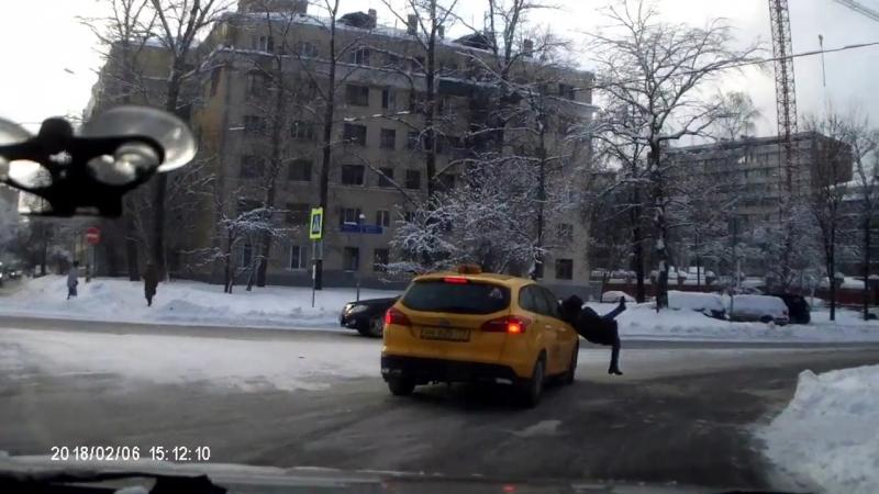 Таксист и девушка.