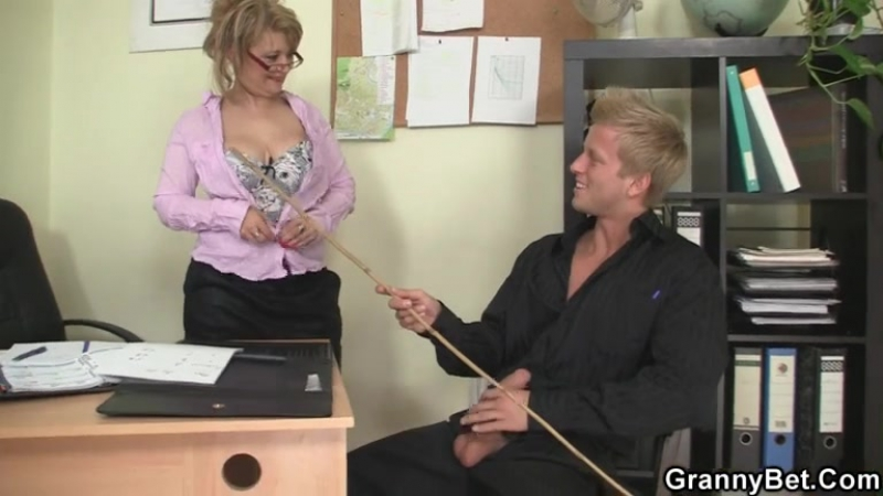 Full-bosomed office lady Sadie Swede gives a blowjob and gets shagged  222016