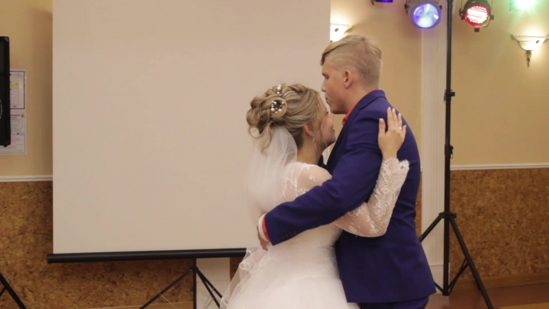 Брат поёт песню для сестры на свадьбе
