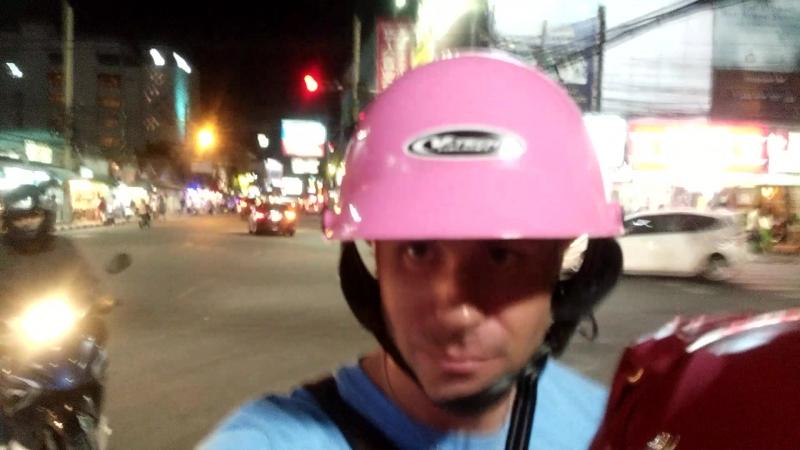 В мототакси работают женщины шлемы соотвествующие =