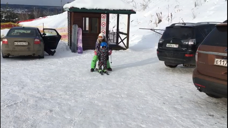 Ксюша сама попросилась встать на лыжи ⛷