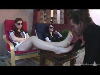 раб лижет грязные ноги видео