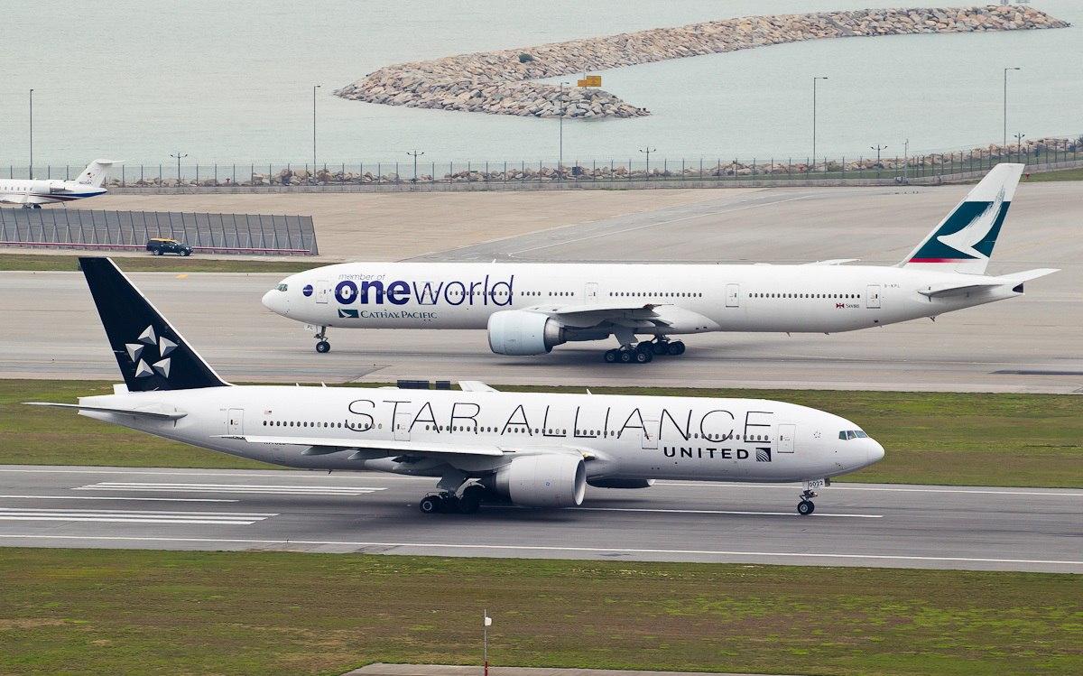 Самолеты двух альянсов на ВПП