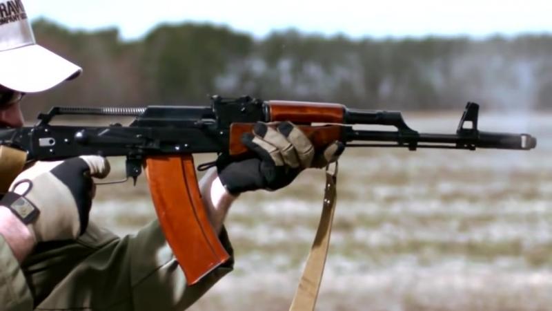 Замедленная съемка стрельбы из автомата Калашникова