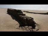 El camino del arrecife del XVII y restos del acueducto en la playa de Cortadura