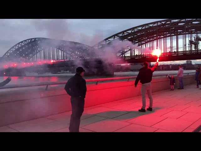 Köln: Identitäre zünden Bengalos auf Hohenzollernbrücke