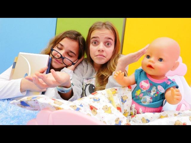 Evcilik oyunu Kızlar yaramaz bebeğe bakamıyorlar