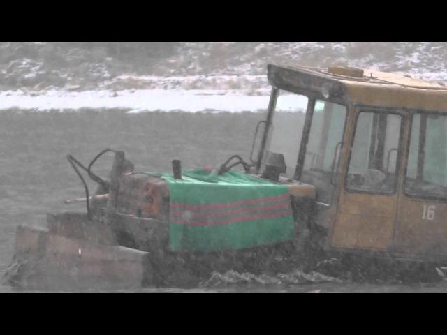 Переплавка трактора через реку Томь на плоту