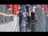 В Китае построили стеклянный мост над пропастью.