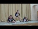 Гимнастический танец Сломанные куклы на школьной сцене