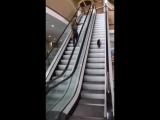 Он понял, как прикалываться на эскалаторе