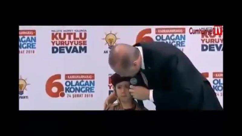Erdogan zerrt weinendes Kind auf die Bühne und deklariert es zum Märtyrer für das Türkentum