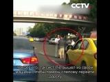 Таксист помог слепому мужчине перейти дорогу