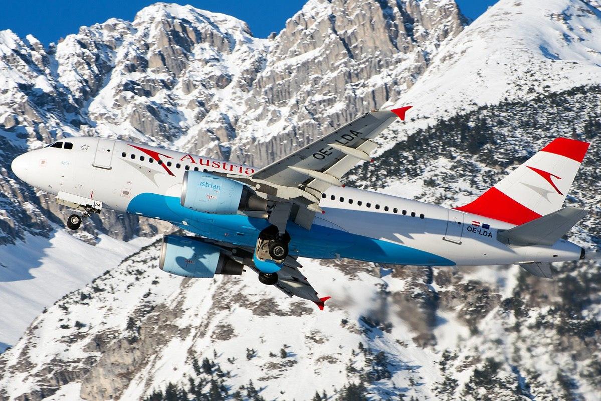Аэробус маневрирует в горной местности