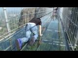 В Китае построили стеклянный мост над пропастью. In China, built a glass bridge