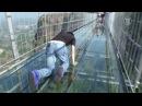 В Китае построили стеклянный мост над пропастью In China built a glass bridge