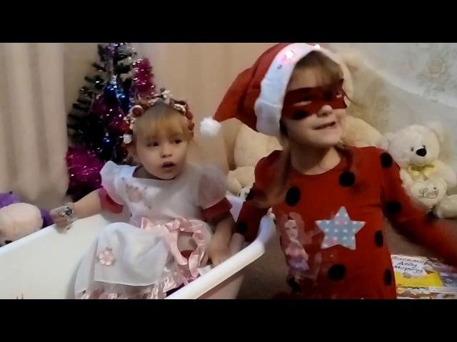 славный мир разбирает подарки в костюме Леди Баг