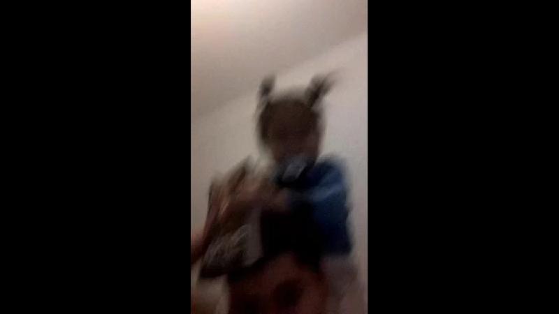 Текстовый онлайн баттлёр СПИП избивает свою малолетнюю сестру прямо в трансляции на глазах у зрителей