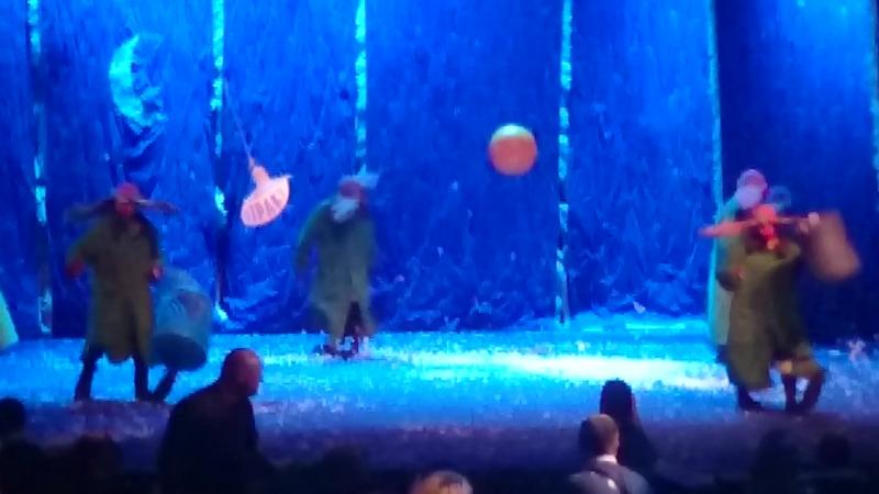 Шоу Полунина 1. Клоуны смешно бегают по сцене