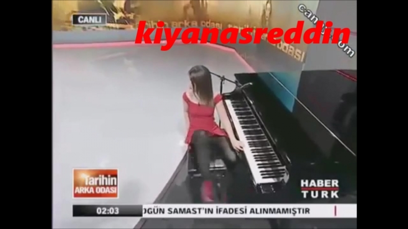 Türk ünlü - Pelin Batu canlı yayında piyano çalarken efsane frikik veriyor - siyah kilot giymiş
