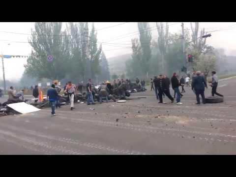 Мариуполь 9 мая 2014 Танки армии Украины врываются через баррикаду в Мариуполь 9 мая 2014