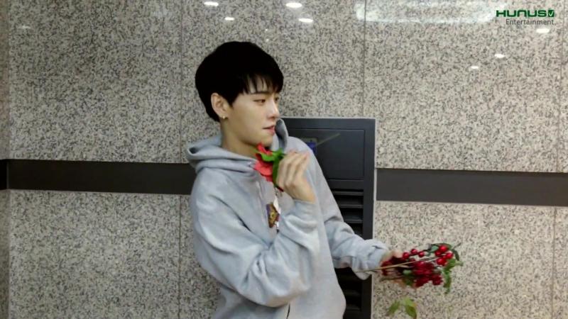 15.12.17 Сохи X Ким Сангюн - Красивый мальчик и симпатичная девочка украшают ёлку