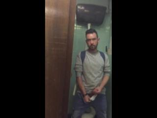 Живут полярники парень дрочит в туалете смотреть спящими голыми девушками