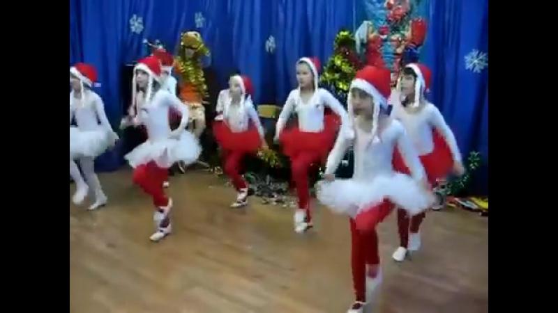 Танец по музыку Дискотеки Аварии Новогодняя.mp4