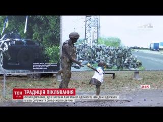 У Дніпрі невідомі нарядили фігуру дівчинки, яка є частиною пам'ятника вдячності