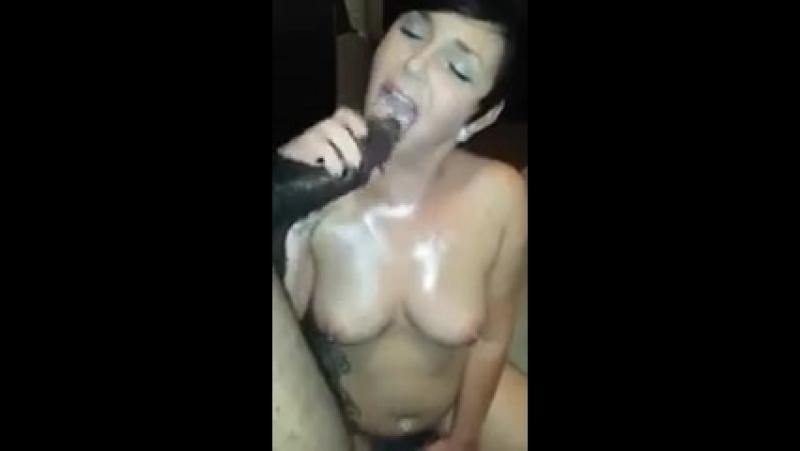 Мамка сосет черный хуй
