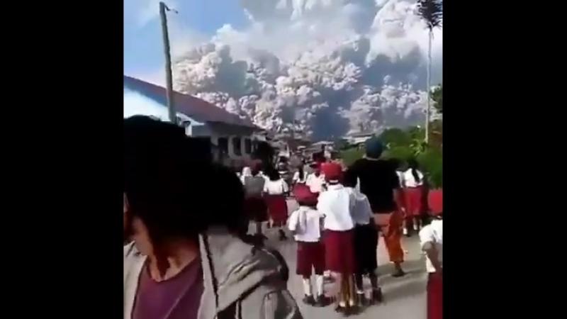 Вулкан Синабунг на индонезийском острове Суматра