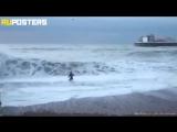 В Британии женщина рискнула жизнью и бросилась в бушующие волны Ла-Манша, чтобы спасти свою тонущую собаку. Это храбрость и любо