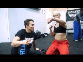 Девушка Чемпионка мира по боксу притворилась новичком и наказала бойцов ММА