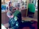 Учит солдат как правильно заступаться за девушку
