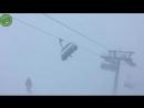 Сильный ветер на канатке в Австрии раскачивает подъемники