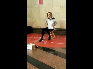 Девушка - аккордеонист в московском метро. Ч. 2.