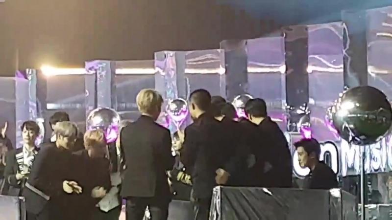 [FANCAM] 171202 EXO выигрывают Дэсан Артист Года @ 2017 Melon Music Awards