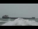 Шторм сорвал российское судно с двух якорей и несет к берегу Турции