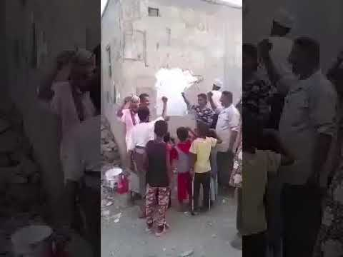 يمنيون يزيلون شعار الحوثي في المناطق اليم16