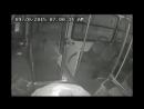 Инвалид помогает водителю отбиться от грабителя