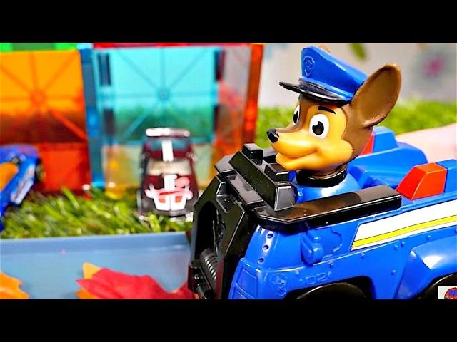 Vidéo avec jouets. La Pat'Patrouille et les voitures nettoient la route