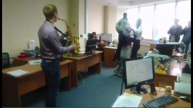 Креативное поздравление с днем рождения! Мишка Тедди и саксофонист от компании Дари-поступок Самара.